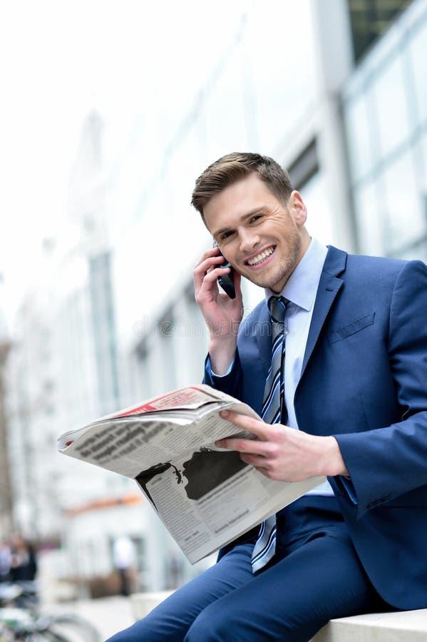 Download изолированная бизнесменом белизна мобильного телефона говоря Стоковое Изображение - изображение насчитывающей шикарно, ванта: 41651667