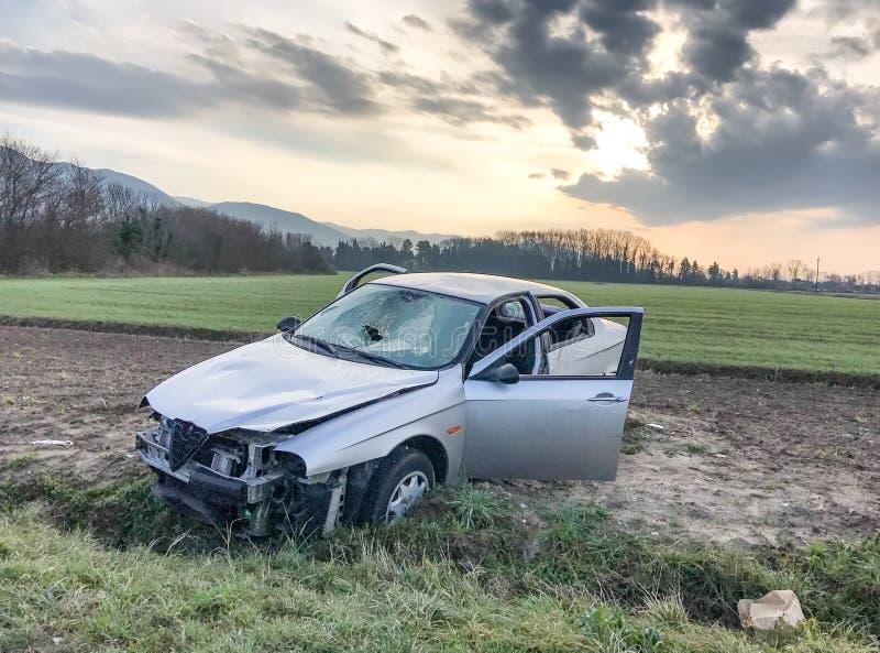 изолированная иллюстрация автомобиля аварии 3d представила белизну Крах на стороне дороги стоковые фотографии rf