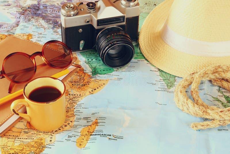 изолированная иллюстрация глобуса принципиальной схемы предпосылки самолета surranded перемещая белизна камера, чашка кофе, солне стоковое изображение