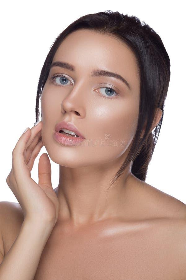 изолированная красоткой белизна портрета Красивая женщина спы касаясь ее стороне Совершенная свежая кожа Чисто модель Концепция м стоковое фото rf
