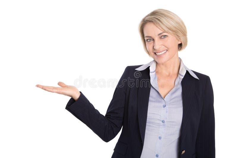 Изолированная привлекательная зрелая коммерсантка на белизне. стоковые фотографии rf