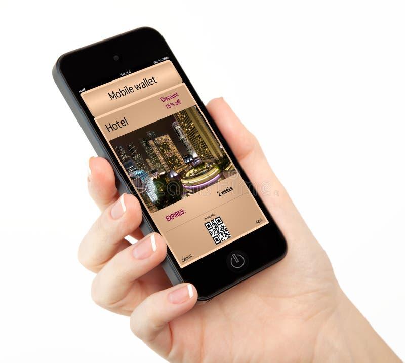 Изолированная рука женщины держа телефон с передвижными бумажником и p стоковое фото