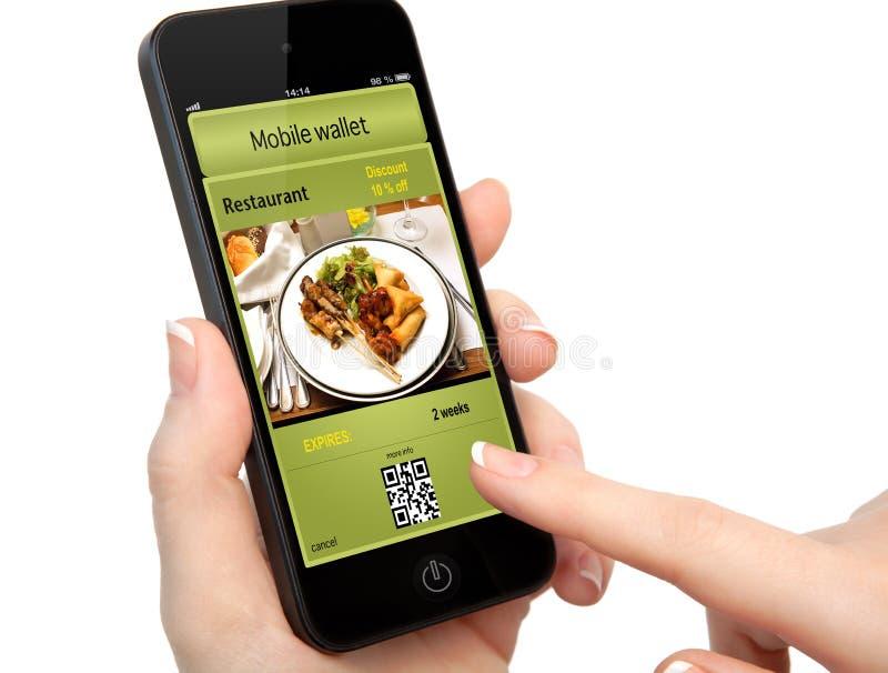 Изолированная рука женщины держа телефон с передвижными бумажником и t стоковое изображение