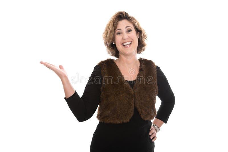 Изолированная середина постарела бизнес-леди представляя с ее ove руки стоковая фотография rf