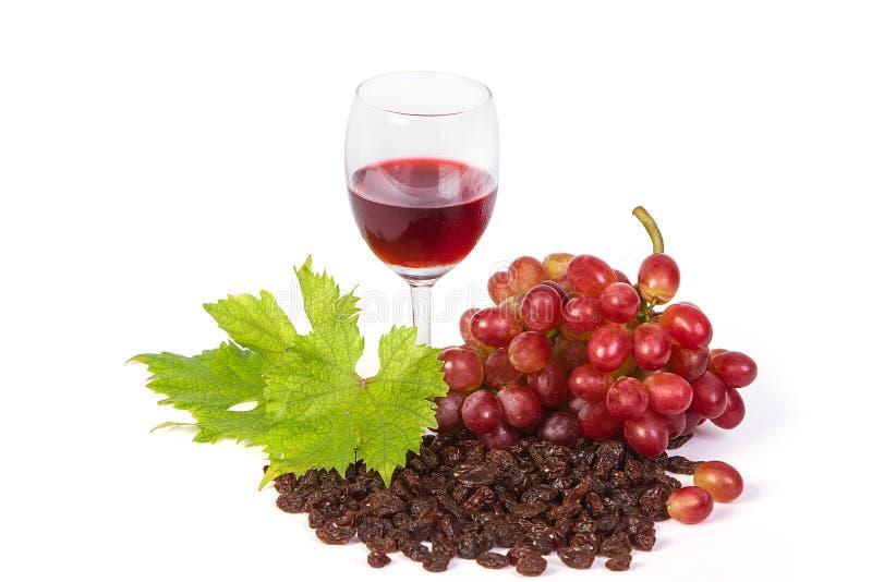 Изолированное стекло красного вина и виноградин, стоковые изображения