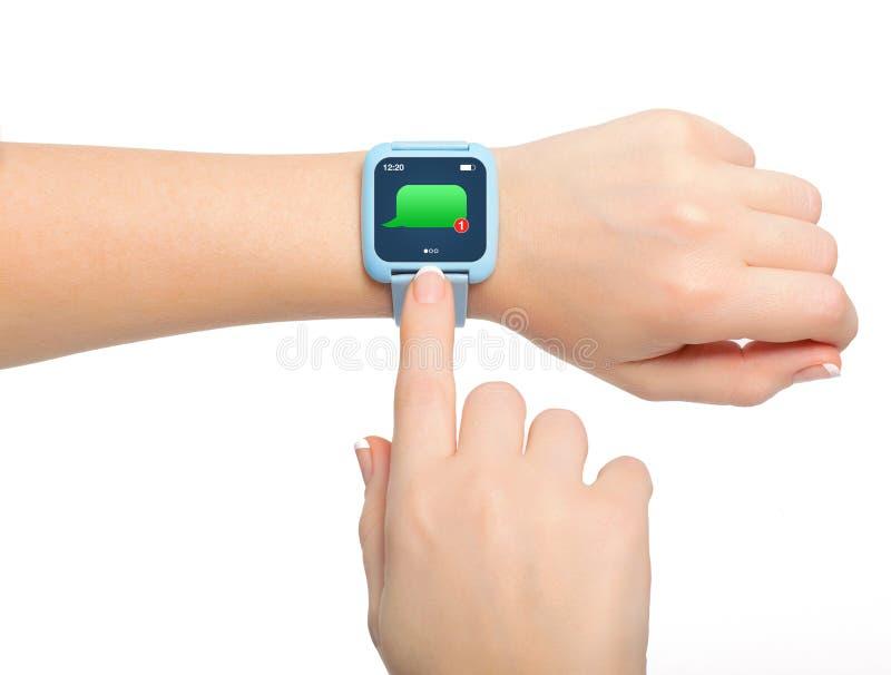 Изолированные женские руки с сообщением smartwatch стоковые фотографии rf
