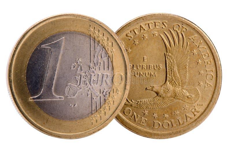 Изолированные монетки валют доллара и евро стоковые фото