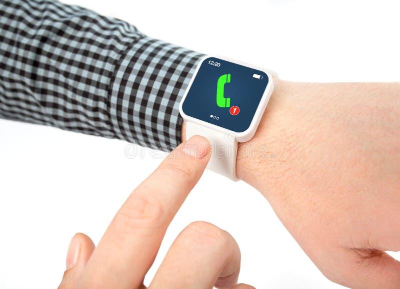 Изолированные мужские руки с умным вахтой с телефонным звонком стоковая фотография