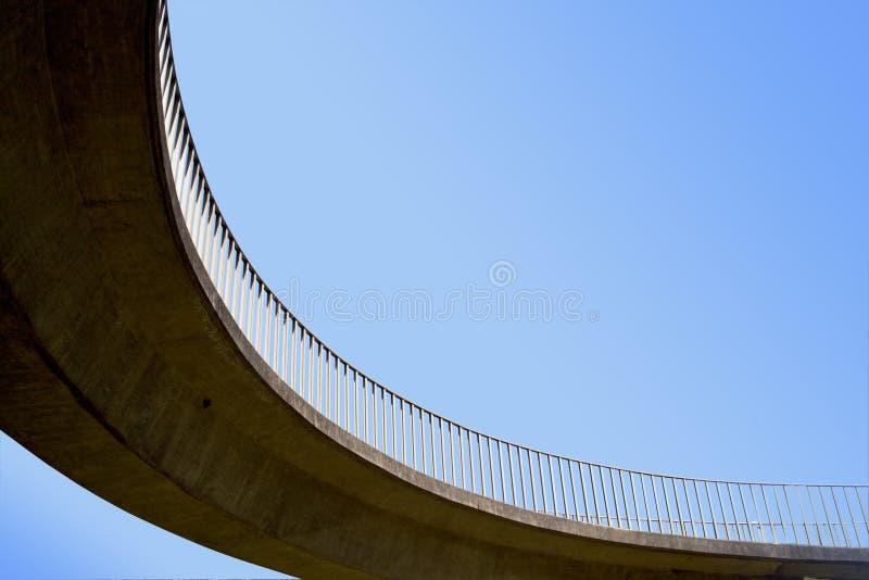 Изолированный абстрактный крупный план надземного Footbridge стоковое фото rf