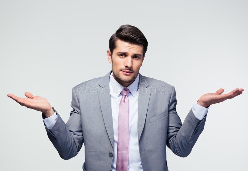 изолированный бизнесменом shrugging плеч стоковая фотография