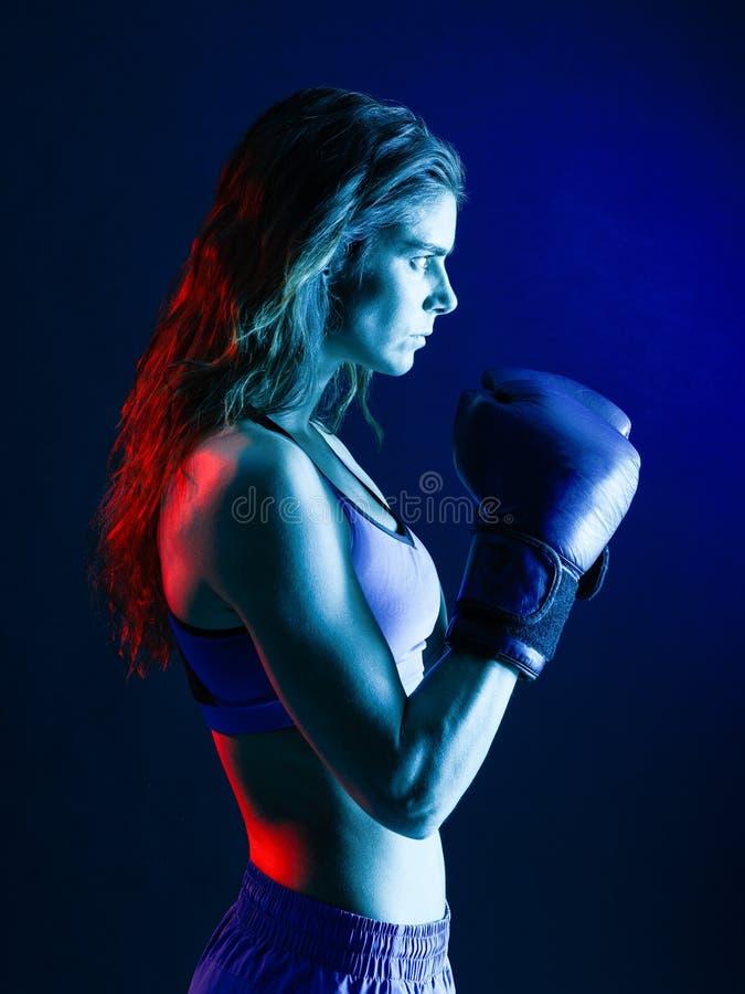 Изолированный бокс боксера женщины стоковое фото