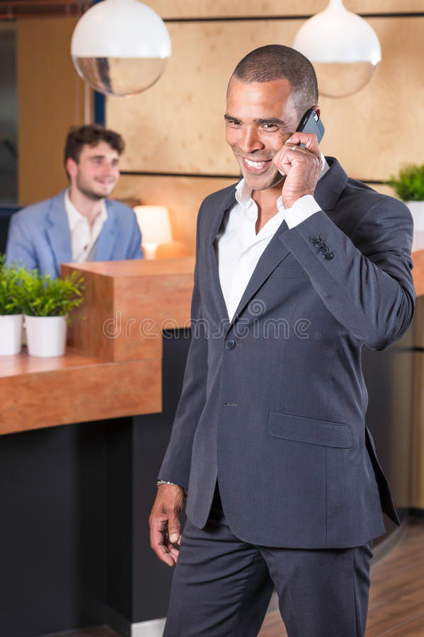 изолированный звонок бизнесмена тела делающ часть стоковое изображение rf