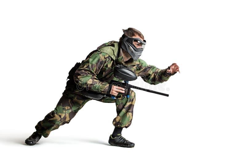 Изолированный игрок пейнтбола в действии стоковое изображение