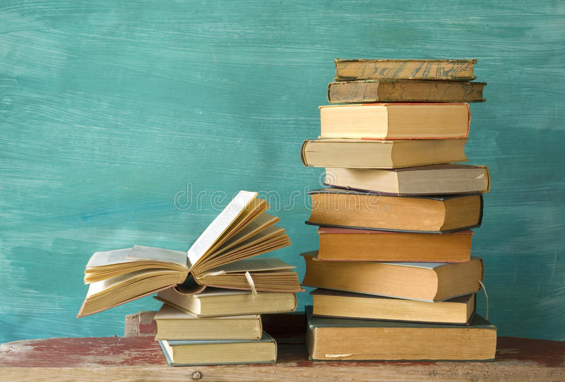 изолированный книгами стог серии стоковые изображения rf