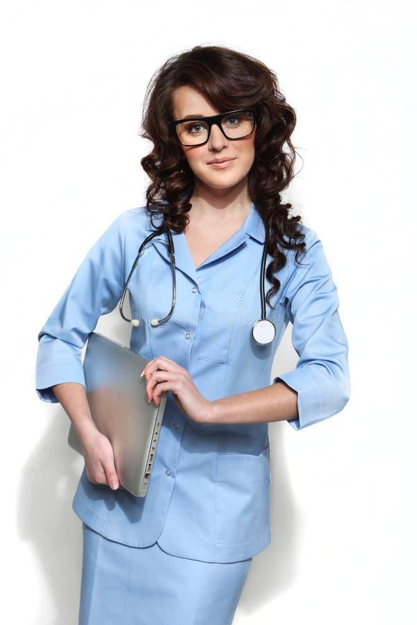 Доктор женщины нося компьтер-книжку стоковая фотография
