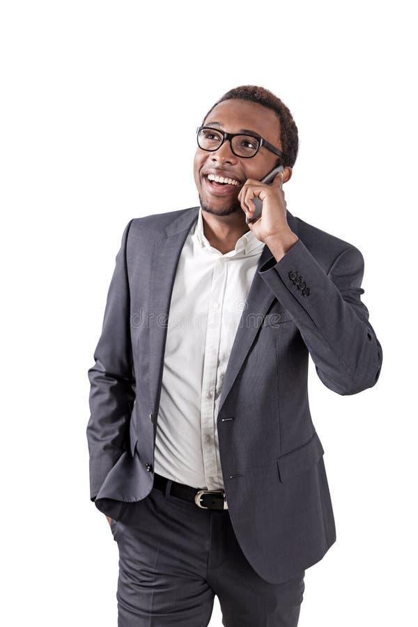 Изолированный портрет Афро-американского человека на телефоне стоковое изображение