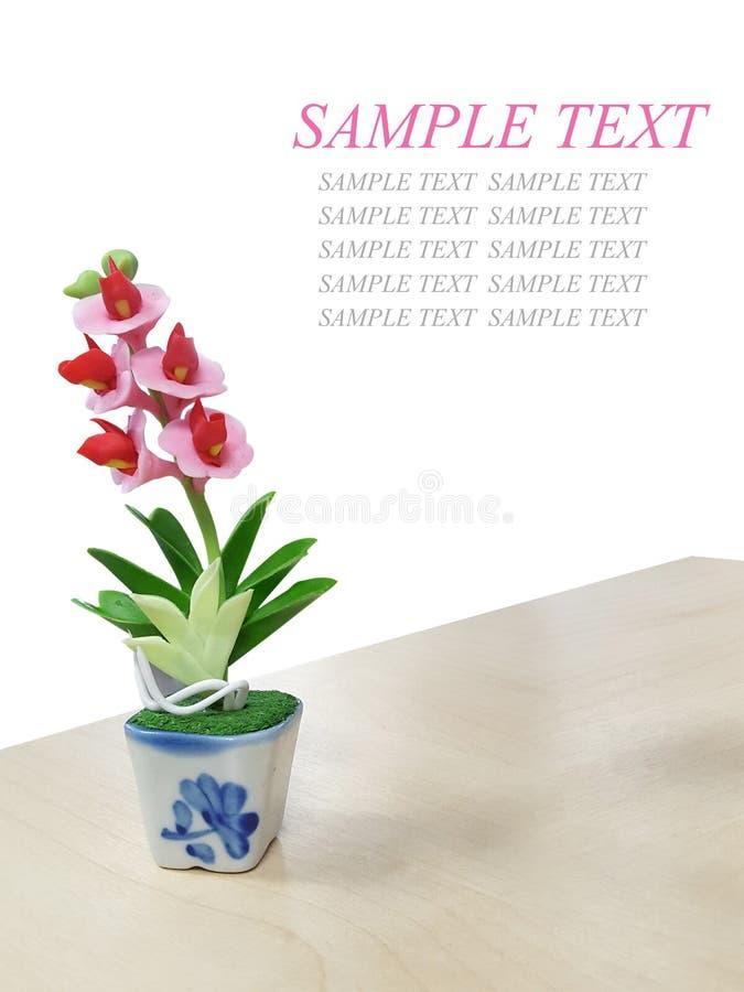 Изолированный пластичный цветок на деревянной таблице стоковые фотографии rf