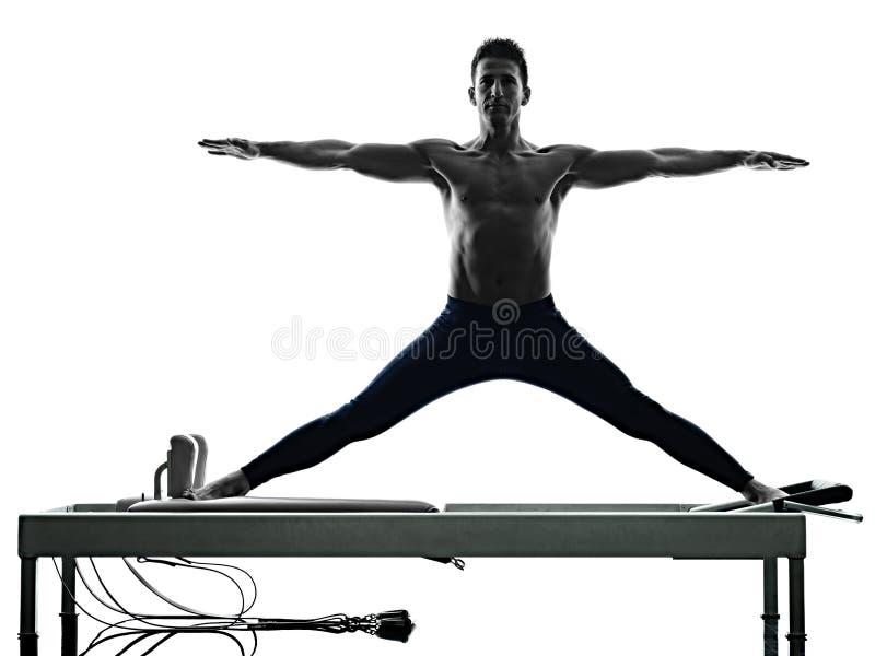 Изолированный реформатор pilates человека работает фитнес стоковое изображение