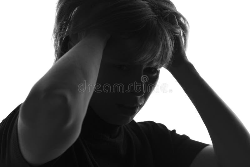 Изолированный черно-белый портрет женщины в отчаянии схватил владение волос стоковое фото rf