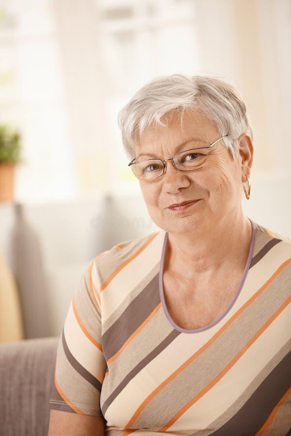 изолировано над женщиной портрета старшей белой стоковая фотография rf