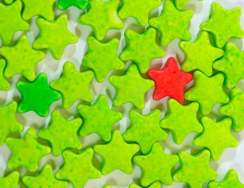 Изолят звезд конфеты таблетки молока красочных стоковое изображение rf