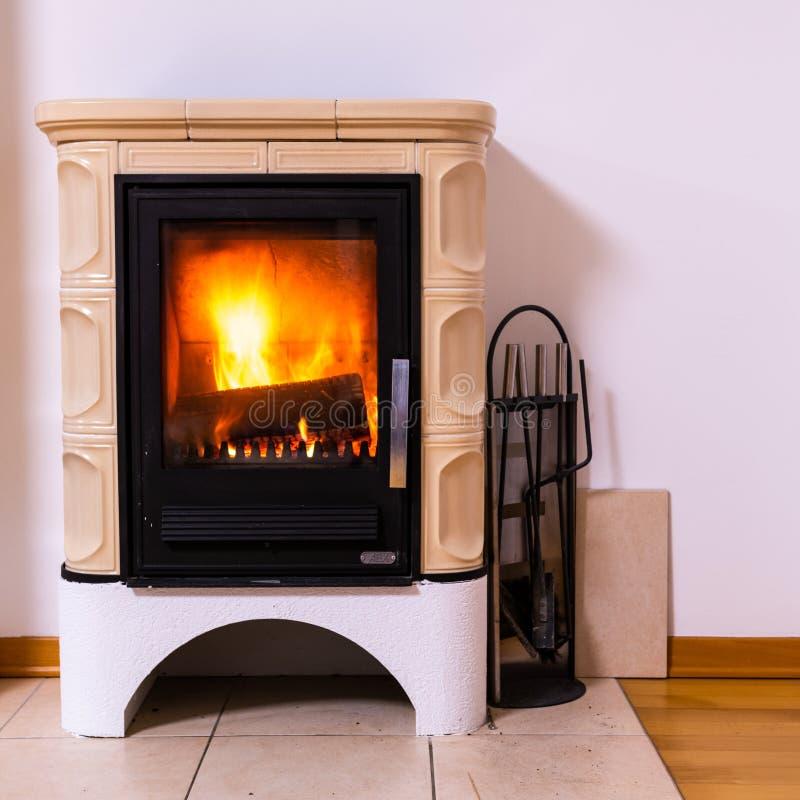 Изразцовая печь с горением огня внутрь стоковое изображение