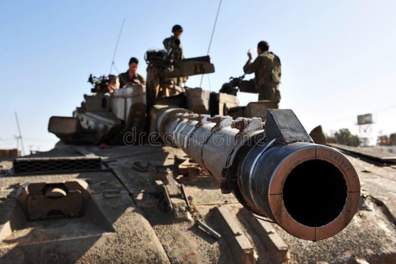 Израильский бак армии около сектора Газа стоковые фото