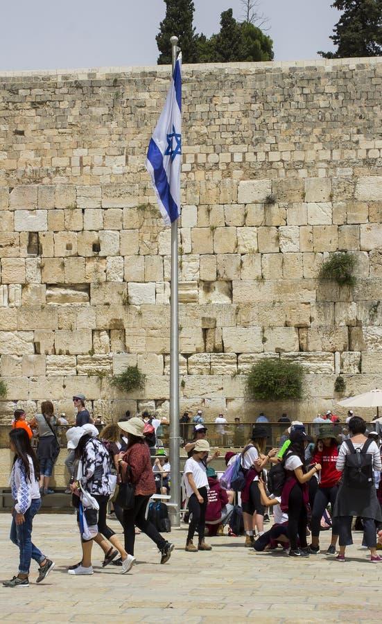 Израильское летание флага на западной стене в Иерусалиме стоковые изображения rf