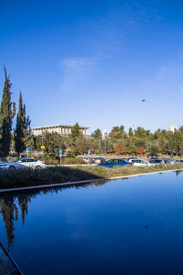 Израиль Иерусалим 15-ое декабря 2018 Здание парламента Израиля, известное как кнессет, как увидено от музея Израиля стоковые фото