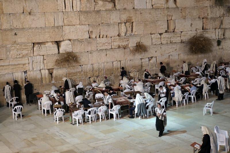 Израиль Иерусалим 24-ое октября 2018: Еврейские люди молят во время penitential молитв около голося стены в Иерусалиме стоковые фото