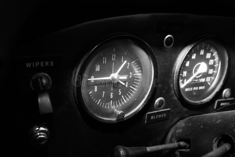 ИЗРАИЛЬ, PETAH TIQWA - 14-ОЕ МАЯ 2016: Выставка технических антиквариатов Старая приборная панель ` s автомобиля в Petah Tiqwa, И стоковое фото rf