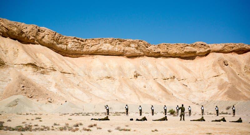 Израильские солдаты на земле стрельбы стоковые изображения rf