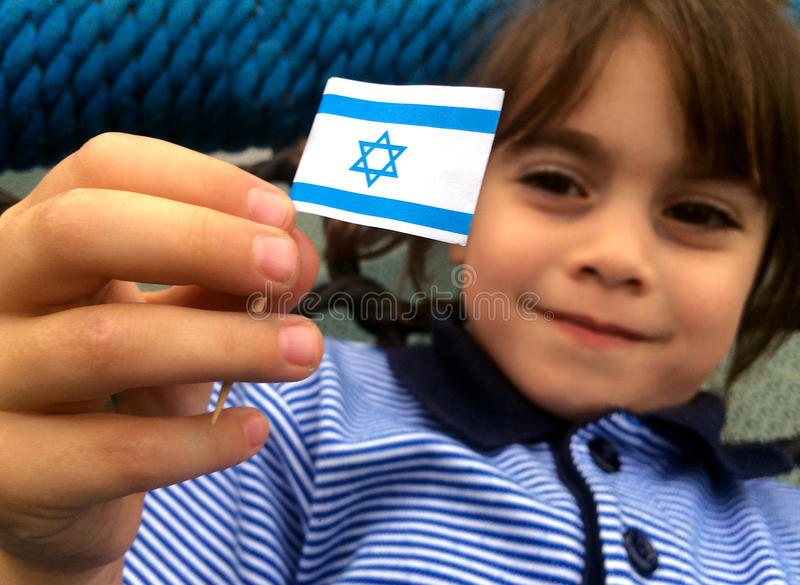 Израильский ребенок держит флаг Израиля стоковое изображение