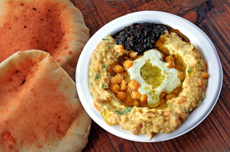 Израильтянин Hummus с оливковым маслом, травами, и специями стоковое фото rf