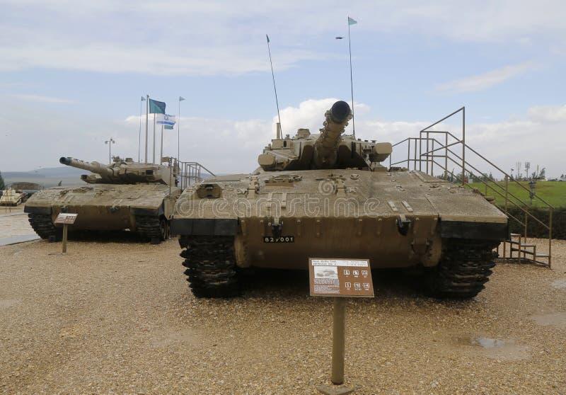 Израиль сделал главными боевыми танками Merkava Марк III (l) и Марк II (r) на дисплее на музее танкового корпуса Ла-Shiryon Yad стоковые изображения
