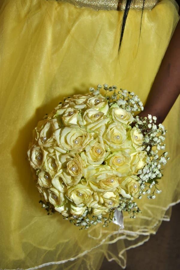 Израиль, Negev, 2016 - букет свадьбы желтых роз с шариками и желтого платья стоковая фотография rf