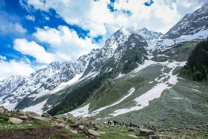 Изрезанная дорога к леднику Thajiwas стоковая фотография rf
