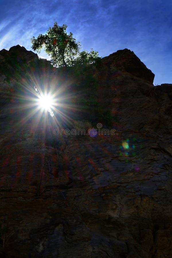 Изрезанная скала утеса с солнечным светом Sunstar накаляя через свод внутри стоковое фото rf