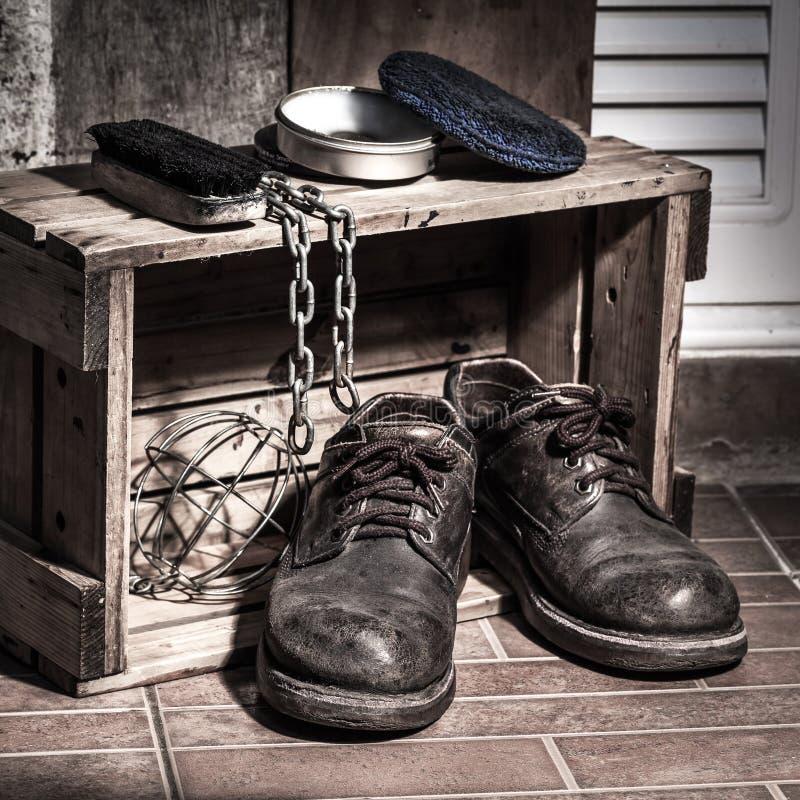 Изрезанные ботинки стоковое изображение