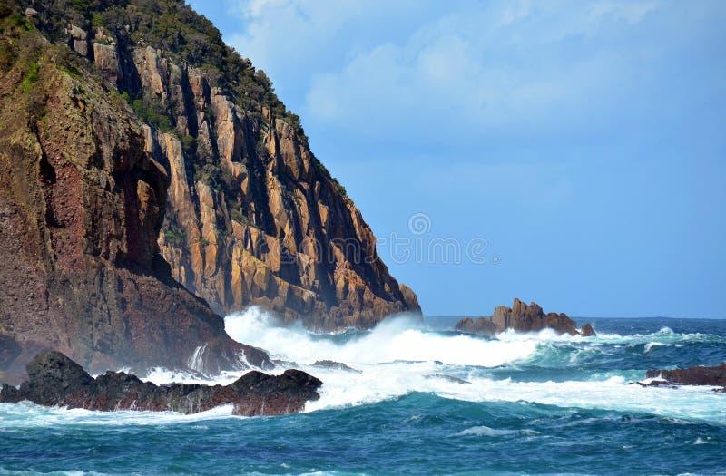 Изрезанные, скалистые прибрежные скалы стоковое изображение