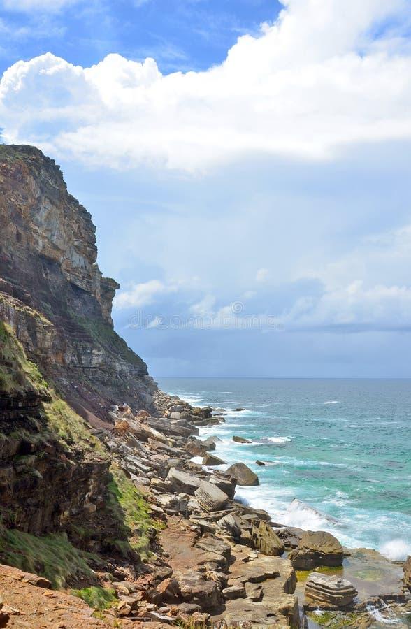 Изрезанные скалы и скалистый берег на NSW плавают вдоль побережья стоковые фотографии rf