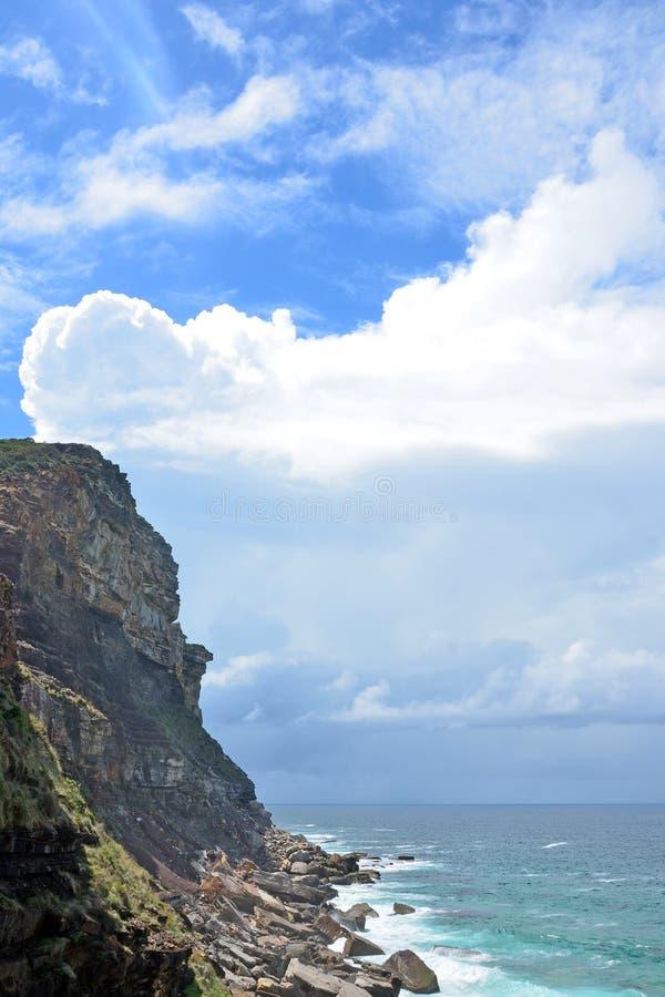 Изрезанные скалы и скалистый берег на NSW плавают вдоль побережья стоковые изображения rf