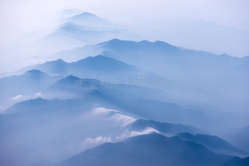 Изрезанные холмы в тумане утра стоковое фото rf