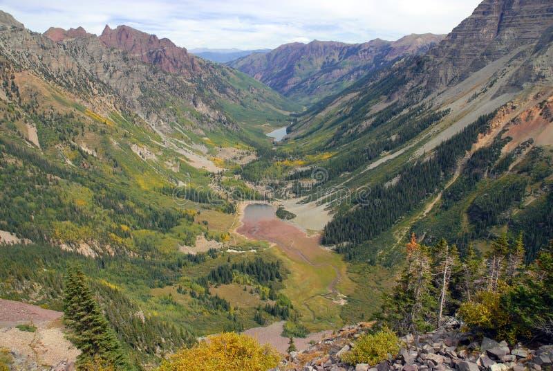 Изрезанный высокогорный ландшафт Maroon колоколов и лось выстраивают в ряд, Колорадо, скалистые горы стоковая фотография