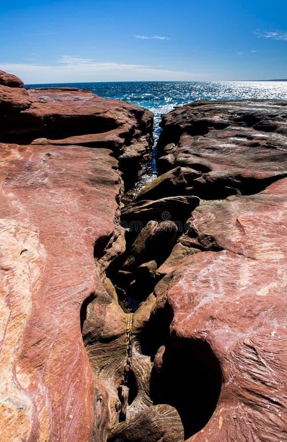 Изрезанный старый crevice океана моря горной породы в Австралии Kalbarri стоковое изображение rf