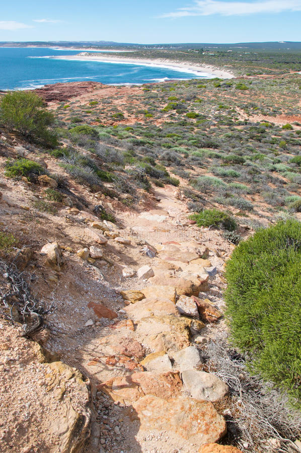 Изрезанный след к красному пляжу блефа стоковая фотография rf