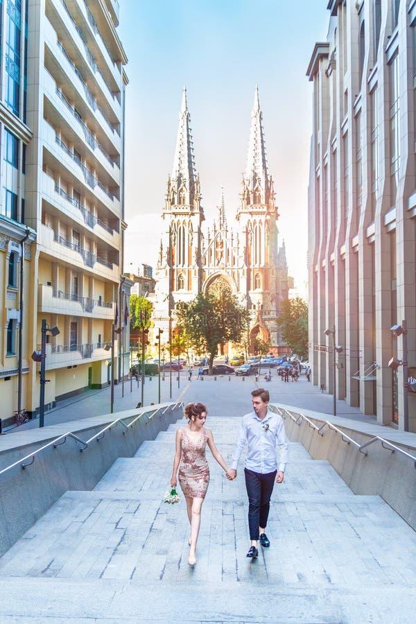 Изумительная любовная история красивых молодых любящих человека брюнет и женщины, объятия на прогулке города, идя на заход солнца стоковые изображения
