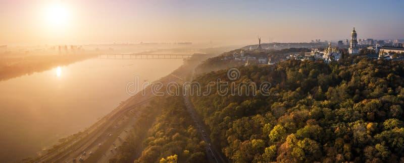 Изумительная панорама Киева Украины Река Dnipro, chirch Киева Pechersk Lavra на холме, восходе солнца и волшебном тумане стоковое фото