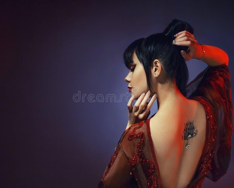 Изумительная темн-с волосами сексуальная нежная грациозно принцесса Японии, маленькая девочка в светлом красном платье с открытым стоковые изображения rf