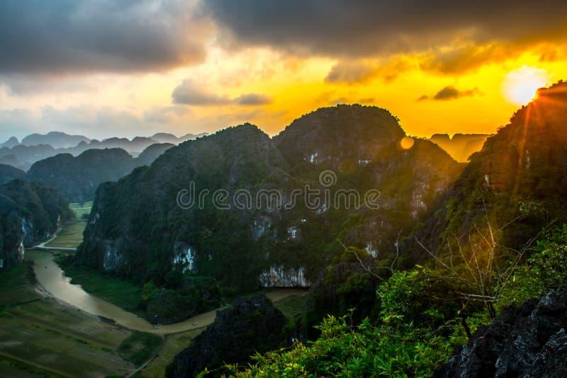 Изумительная точка зрения ландшафта захода солнца от вершины горы пещеры M.U.A., Ninh Binh, Tam Coc, Вьетнама стоковое фото